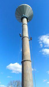 Alpinistyczne piaskowanie wieży ciśnień